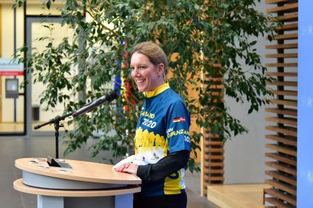 Sandra Gerken, Bevollmächtigte des Landes Schleswig-Holstein beim Bund begrüßt im Teamtrikot die Gäste