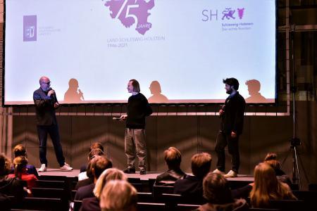 von links nach rechts: Arne Sommer im Gespräch mit Regisseur Sven O. Hill und Schauspieler Tomasz Robak