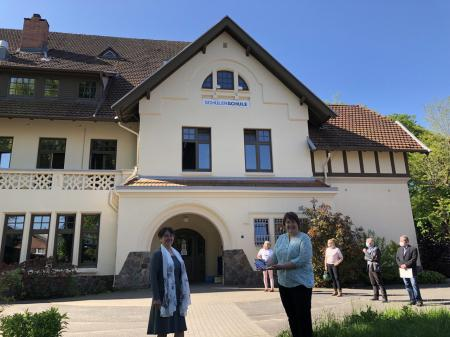 Finanzministerin Monika Heinold mit Geschäftsführerin Andrea Freytag vor dem Schulgebäude