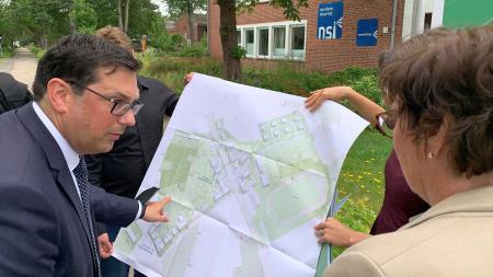 Sabine Sütterlin-Waack lässt sich die Planungen von Bürgermeister Jürgen Ritter zeigen.