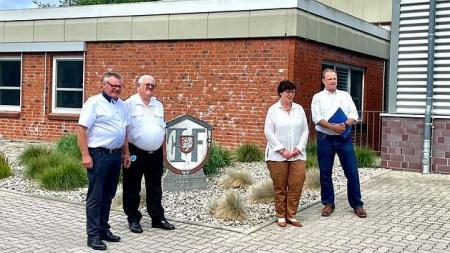 von links: Kreispräsident Hans-Werner Harmuth, Kreisbrandmeister Gerd Riemann, Sabine Sütterlin-Waack, Landtagsabgeordneter Claus Christian Claussen