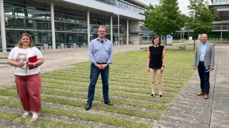 Personen von links:  Prof. Dr. Katja Kuhn, Präsidentin FH, Prof Dr. Thomas Haack, Dekan des Fachbereichs Wirtschaft, Andreas Hein, MdL