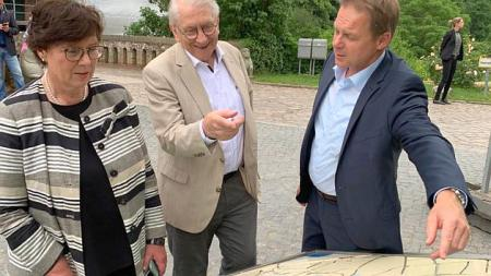 von links: Sabine Sütterlin-Waack, Bürgervorsteher Dieter Holst und Bürgermeister Carsten Behnk