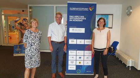 Kristina Herbst rechts mit Ingrid Unkelbach, Leiterin des Stützpunktes und Thomas Behr vom Landesportverband