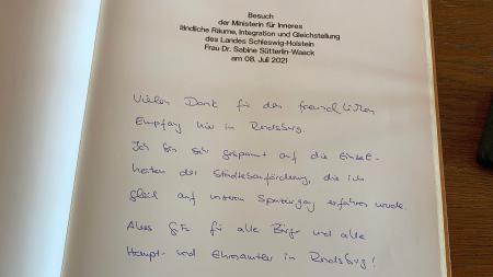 Eintrag ins Gästebuch, der besagt, dass die Ministerin sich auf ihren Rundgang freut.