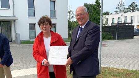 Zum Abschluss der Bauarbeiten hat Sabine Sütterlin-Waack eine Plakette mit dem stellvertretenden Bürgermeister Christian Czock enthüllt.