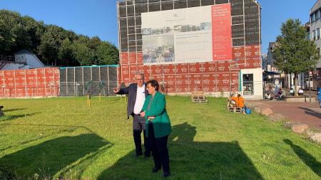 Bürgermeister Stephan Dose zeigt der Innenministerin etwas bei ihrem Rundgang