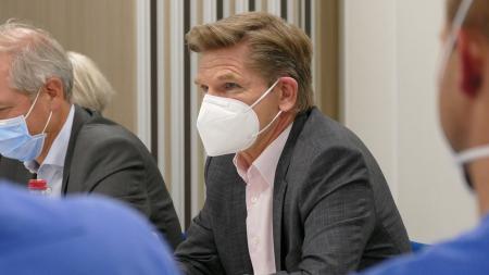 Gesundheitsminister Heiner Garg im Gespräch.