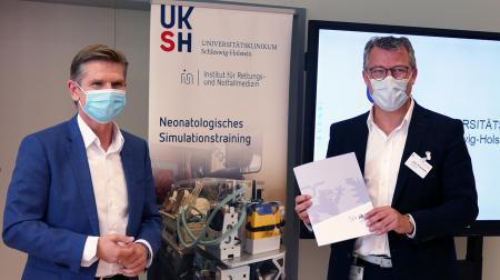 Gesundheitsminister Heiner Garg übergibt Förderbescheid an Prof. Dr. Jan-Thorsten Gräsner, dem Direktor des Instituts für Rettungs- und Notfallmedizin (IRuN) an der Universitätsklinik Schleswig-Holstein.