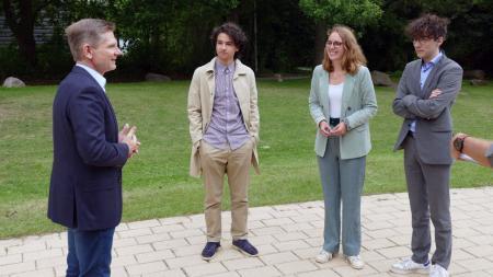Minister Garg im Gespräch mit drei jugendlichen des Jugendrats des Kinderschutzbundes SH.