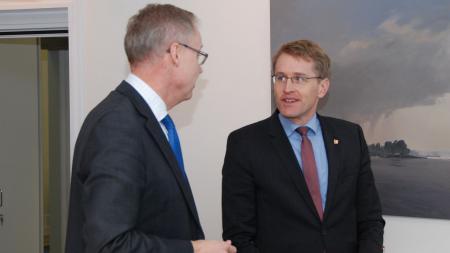 Ministerpräsident Daniel Günther (l.) im Gespräch mit zwei Vertretern der Landespolizei.