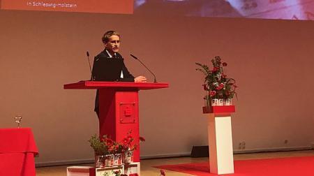 Ministerpräsident Günther steht an einem Rednerpult.