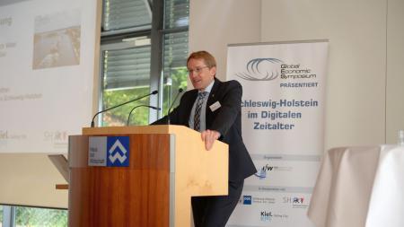 Ministerpräsident Daniel Günther steht am Rednerpult