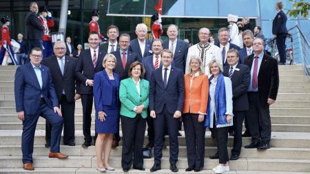 Gruppenbild der Konsulinnen und Konsuln mit Ministerpräsident Günther.