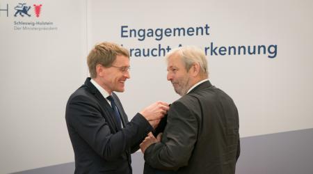 Ministerpräsident (links) steckt Professor Litz den Orden an