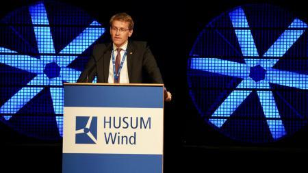 Ministerpräsident Daniel Günther bei der Eröffnung der Husum Wind.
