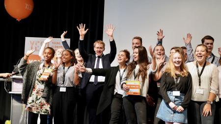 Ministerpräsident Günther mit den Teilnehmern des Young Economic Summit.