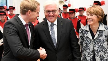 Ministerpräsident Daniel Günther (l.) begrüßt Frank-Walter Steinmeier und seine Frau Elke Büdenbender.
