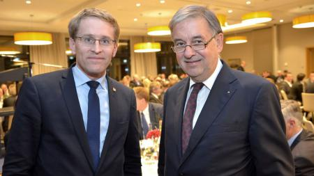 Ministerpräsident Daniel Günther und Uli Wachholtz, Vorsitzender des UV-Nord