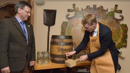 Ministerpräsident und Braumeister beim Bockbieranstich