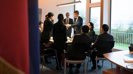 Ministerpräsident Günther empfängt eine Besuchergruppe im Büro