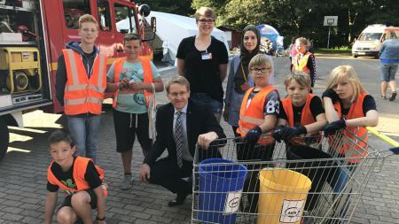 Ministerpräsident Günther mit Kindern aus der Kinderstadt