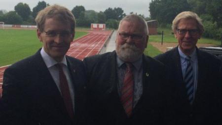 Daniel Günther mit Bürgermeister Jürgen Baasch und Hans-Jakob Tiessen vom Landessportverband