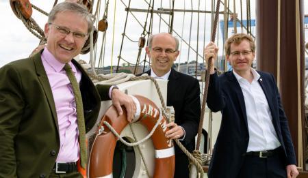 von links: Propst Thomas Lienau-Becker, Bischof Gothart Magaard und Ministerpräsident Daniel Günther