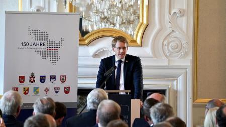 Ministerpräsident Daniel Günther am Redepult.