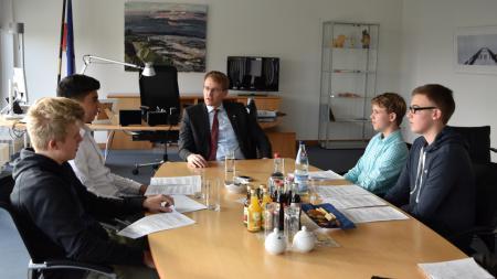 Ministerpräsident mit vier Nachwuchsreportern im Amtszimmer