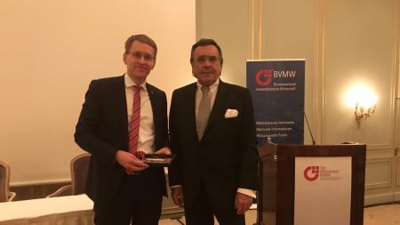 Ministerpräsident Günther steht links neben Mario Ohoven
