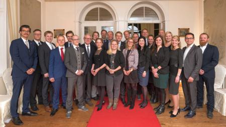 Menschengruppe mit Ministerpräsident Günther in der Mitte