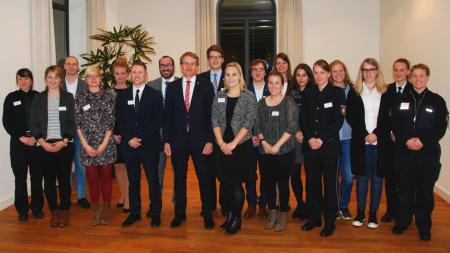 Ministerpräsident Günther in einer Menschengruppe