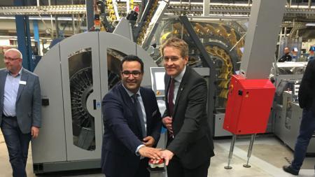 Zwei Männer drücken einen Knopf