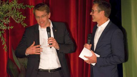 Ministerpräsident Daniel Günther (l.) mit Festivalleiter Dirk Steffen