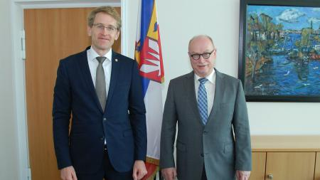 Daniel Günther (links) empfing Professor Dr. Martin Stratmann