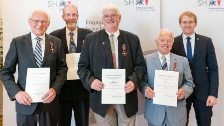 Verleihung der Bundesverdienstorden durch Ministerpräsident Daniel Günther (r.) an Friedrich Wedell (v.l.), Klaus Richard Vollgraf, Volker Mader, Reinhold Suhr am 22. August 2017.