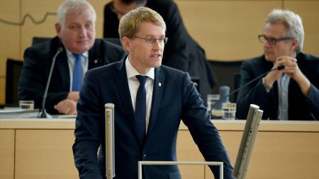 Ministerpräsident Daniel Günther am Rednerpult