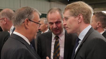 Ministerpräsident Daniel Günther (r.) im Gespräch mit UV-Nord Präsident Uli Wachholtz (l.), und dem Präsidenten des Bauernverbands Schleswig-Holstein, Werner Schwarz.