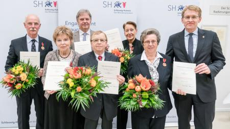 Menschengruppe mit Ministerpräsident Daniel Günther