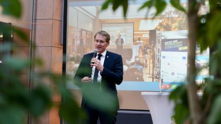Daniel Günther hält eine Rede.