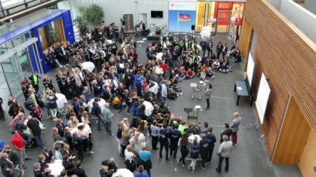 Dienststellenleiterin Rosemarie Schönegg-Vornehm (SH) begrüßt die Schüler_innen aus NI und SH