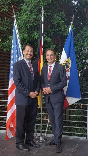 Staatssekretär Ingbert Liebing begrüßt den Generalkonsul