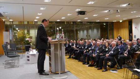 Staatssekretär Ingbert Liebing begrüßt die Teilnehmer