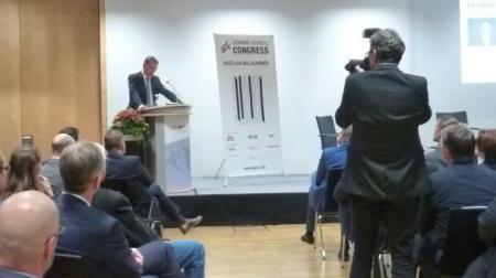 Staatssekretär Ingbert Liebing begrüßt Vertreter_innen der Shopping Center- und Handelsimmobilienbranche