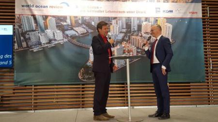 Moderator K. Schwenke im Gespräch mit Minister R. Habeck