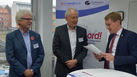 Ministerpräsident Daniel Günther (r.) mit Martin Link (l.), Geschäftsführer Flüchtlingsrat und Günter Ernst-Basten, Vorstand des Paritätischen Wohlfahrtsverbands.