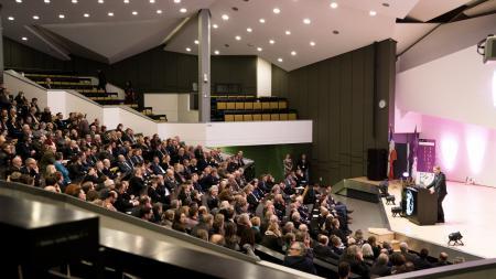 Ministerpräsident Günther hält eine Rede in einem Hörsaal