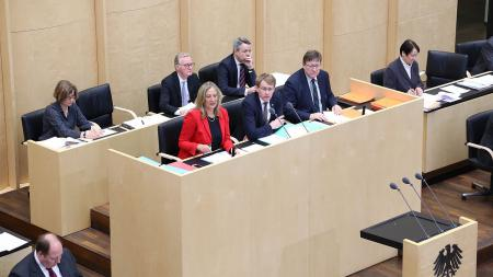 Ministerpräsident Daniel Günther in der Mitte des Bundesrats-Präsidiums.