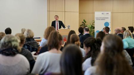 Ministerpräsident Daniel Günther steht am Rednerpult. Vor ihm sitzen zahlreiche Jugendliche.